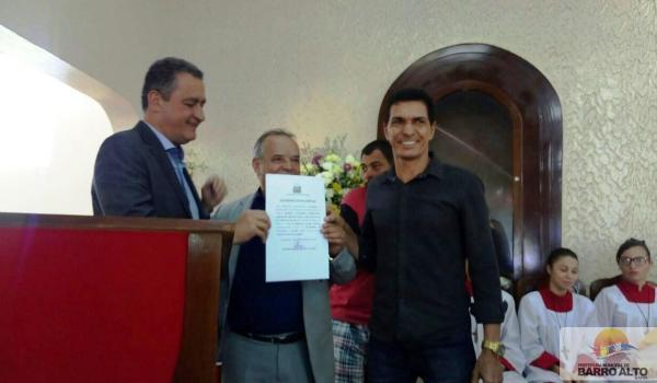 GOVERNADOR RUI COSTA ENTREGA SISTEMA DE ÁGUA DO DISTRITO DE LAGOA FUNDA E ASSINA ORDEM DE SERVIÇO PARA RECUPERAÇÃO DA BA 046.